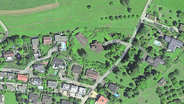 Die Villa (Bildmitte) ist von Hecken umgeben.