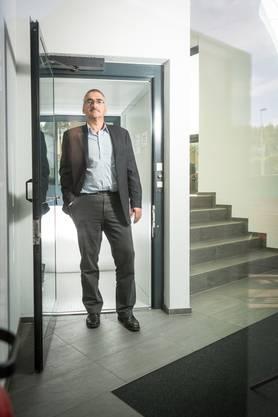 Hanspeter Gehrig, Ammann von Ammerswil, vor dem Lift im Gemeindehaus, der wegen fehlenden Empfangs mit einer Spezialantenne ausgerüstet werden musste.