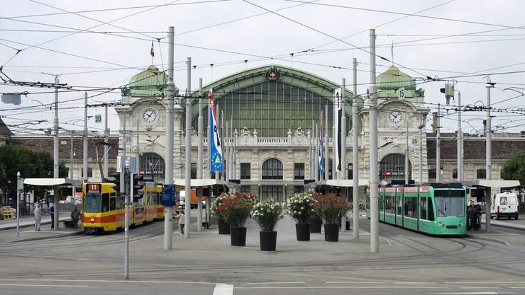 Die Zukunft des U-Abos ist ungewiss. Die bz fragt Tram- und Busfahrerinnen rund um den Bahnhof SBB nach ihrer Meinung dazu. (Archiv)