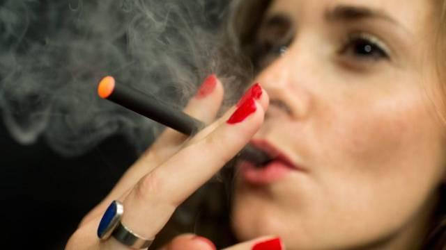 Eine Frau raucht eine E-Zigarette (Archiv)