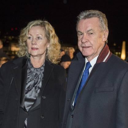 Ottmar Hitzfeld, Trainer der Schweizer Fussball-Nationalmannschaft, und seine Frau Beatrix laufen ueber den grünen Teppich.