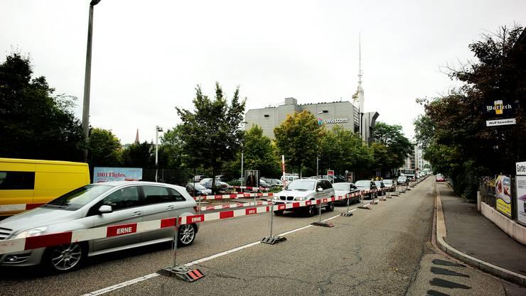 Die Nauenstrasse ist hinter der Baustelle Grosspeter in Richtung Güterbahnhof Wolf nur noch einspurig befahrbar...