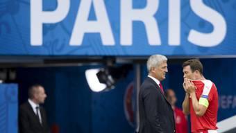 War mit der Schweizer Leistung gegen Rumänien zufrieden, will aber nicht rechnen: Nationaltrainer Vladimir Petkovic, im Bild mit Captain Stephan Lichtsteiner