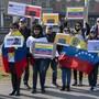 Rund 80 Personen demonstrierten vor dem Hauptsitz des UNHCR in Genf gegen den venezolanischen Präsidenten Nicolas Maduro und für die Einfuhr von Hilfsgütern.
