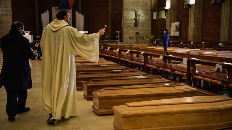 Die Opferzahlen steigen in Italien unaufhörlich. Friedhöfe, Krematorien und Kirchen kommen mit der Anzahl der Toten nicht mehr nach.