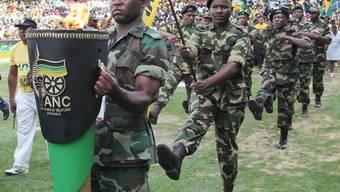 Grosse Parade zum Geburtstag: ANC-Mitglieder im Stadion