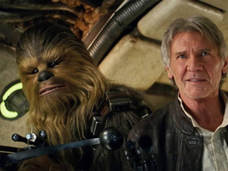 Darsteller Peter Mayhew als Chewbacca und Schauspieler Harrison Ford in «Star Wars: The Force Awakens.» (Archivbild)