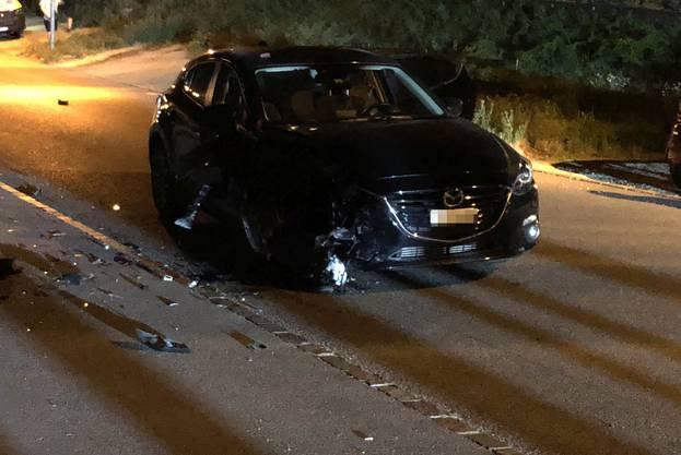 Ein Motorradfahrer kollidierte mit einem entgegenkommenden Auto. Der 19-Jährige wurde dabei schwer verletzt. Ein Rettungshelikopter brachte ihn ins Spital. Die Ermittlungen zum Unfallhergang wurden aufgenommen.