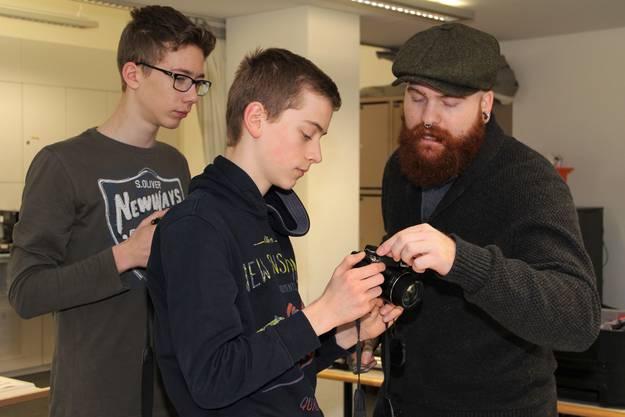 """An der Bezirksschule Windisch laufen die Vorbereitungen auf Hochtouren. Im Frühjahr 2019 soll das Endprodukt, der Film """"burnout"""", in die Kinos kommen;(von links) Jens, Noah, Adrian Ehrbar."""