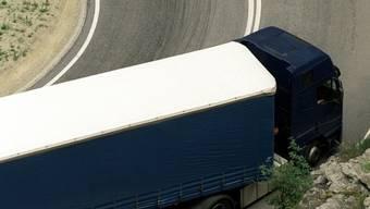 Ein Lastwagen auf der Simplonpassstrasse (Symbolbild)