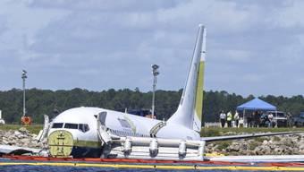 Bruchland einer Boeing 737 der Charterfluggesellschaft Miami Air in Jacksonville im US-Bundesstaat Florida im vergangenen Mai. Alle 143 Menschen an Bord überlebten das Unglück. (Archivbild)