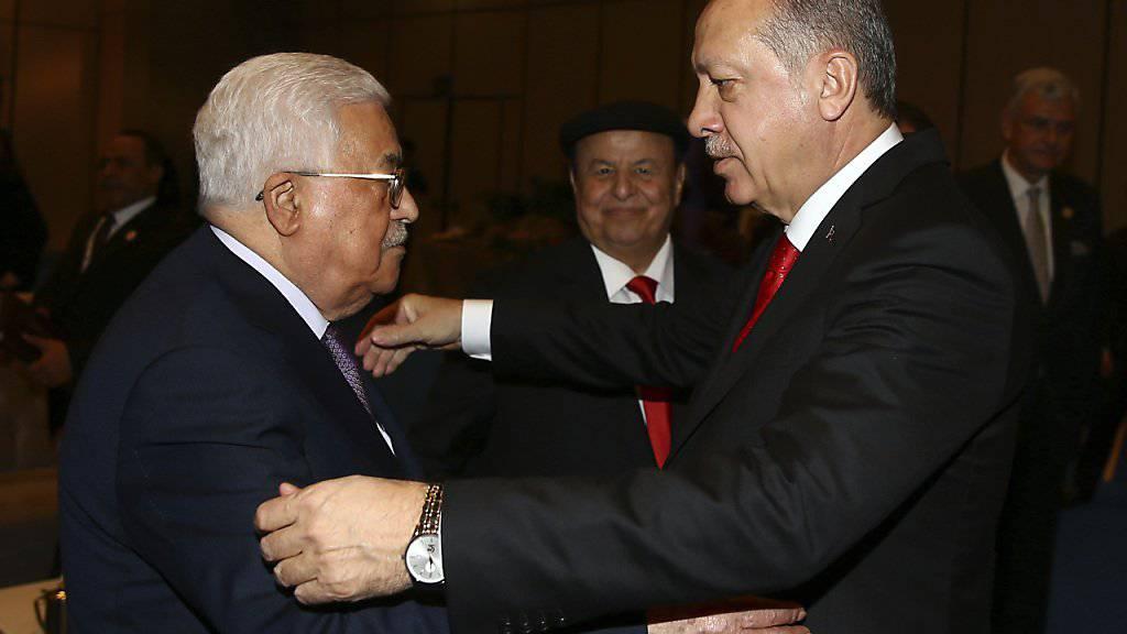 Der türkische Präsident Erdogan (rechts) begrüsst Palästinenserpräsident Abbas zum Gipfel in Istanbul.