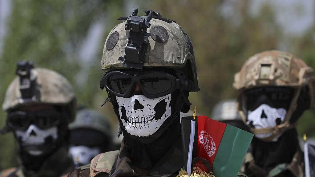 Neu ausgebildete Spezialkräfte der afghanischen Armee nehmen an ihrer Abschlussfeier nach einem dreimonatigen Trainingsprogramm teil.