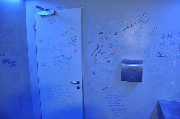 Auf dem Frauen-WC sind sämtliche Wände verschmiert