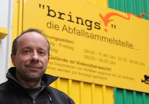 Thomas Römer zeigt seine Abfallsammelstelle. aw