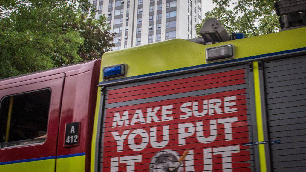In London wurden mehrere Hochhäuser evakuiert. Hunderte Menschen verbrachten die Nacht auf Matratzen in öffentlichen Gebäuden, in Hotels oder bei Freunden.