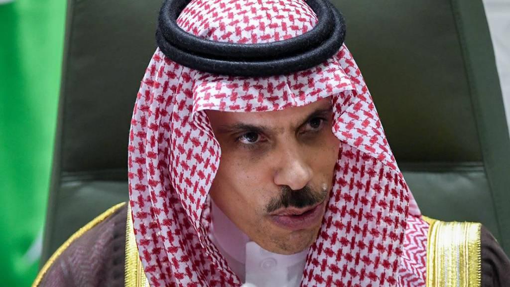 ARCHIV - Saudi-Arabiens Außenminister Faisal bin Farhan Al Saud spricht während einer Pressekonferenz. Foto: -/Saudi Press Agency/dpa