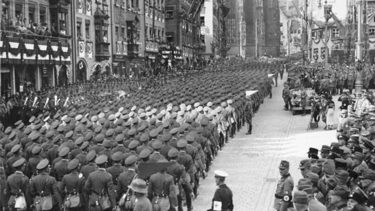Die Nürnberger Altstadt 1934 während des Reichsparteitag der NSDAP. Mitte rechts ist ein Filmteam um Leni Riefenstahl zu erkennen. (Bildquelle: Wikipedia)