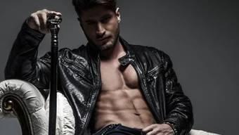Sein gestählter Oberkörper ist gleichermassen Fluch und Segen: Bachelor Joel Herger sieht wegen seiner Muskeln im handelsüblichen Business-Look aus wie eine Presswurst. (Instagram)