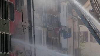 Grossbrand: Die Feuerwehren bekämpfen die Flammen mit mehreren Wasserwerfern. (Peter Rosa)
