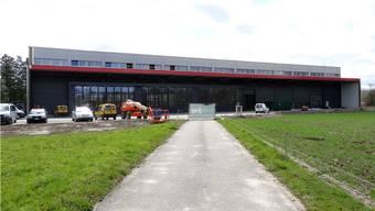 Die geräumige Postauto-Garage (Halle 7) im Möhliner Bata-Park ist erstellt und bereits in Betrieb; die offizielle Einweihung erfolgt am 24. Mai. – Foto: chr