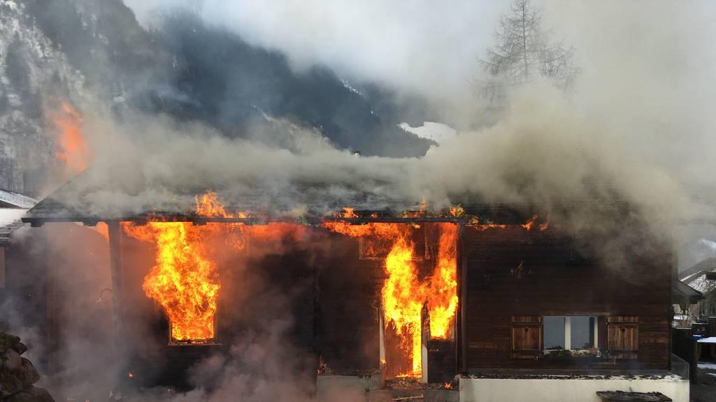 Brand am Neujahrsmorgen: Doppel-Einfamilienhaus nicht mehr zu retten