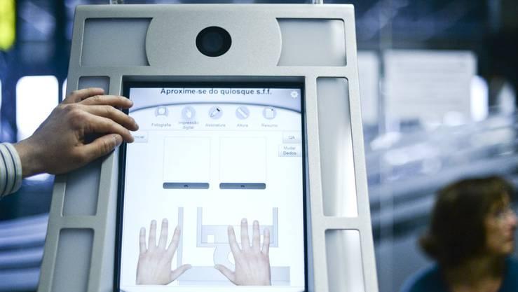 Am Flughafen in Lissabon steht dieser Fingerabdruck-Scanner.