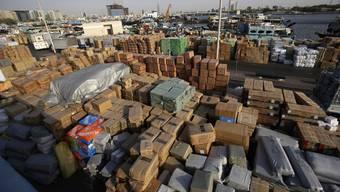 Güter an einem Hafen in Dubai warten auf die Verschiffung nach Iran. (Archiv)