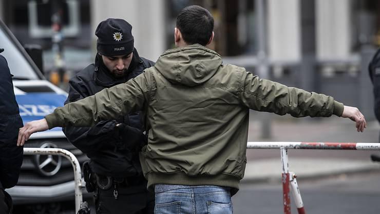 Libyen-Konferenz unter strengsten Sicherheitsvorkehrungen: Ein Polizist kontrolliert einen Passanten auf dem Potsdamer Platz in Berlin.