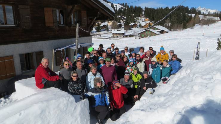 Die Lagerteilnehmer posieren vor der selbst gebauten Schneebar.