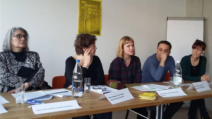 Mario Fehrs Kritiker (von links): Rechtsanwältin Manuela Schiller, Bea Schwager (Spaz), Marie Drath (ASZ), Notunterkunfts-Bewohner Bader Riahi und Hanna Gerig (Solinetz Zürich).