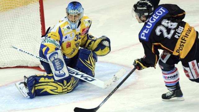 Martin Plüss erzielt den Siegtreffer im Penaltyschiessen