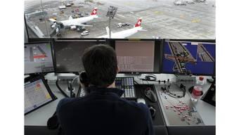 Im Tower des Flughafens Zürich Kloten ist höchste Konzentration gefordert. keystone