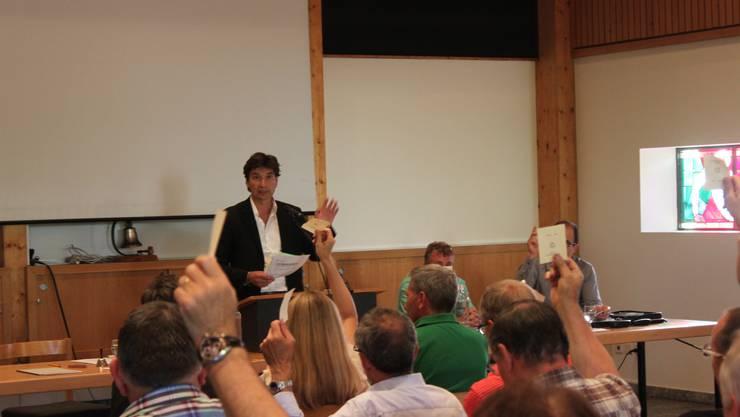 Ein Foto von François Scheidegger an seiner ersten Gemeindeversammlung als Präsident. (Archiv)