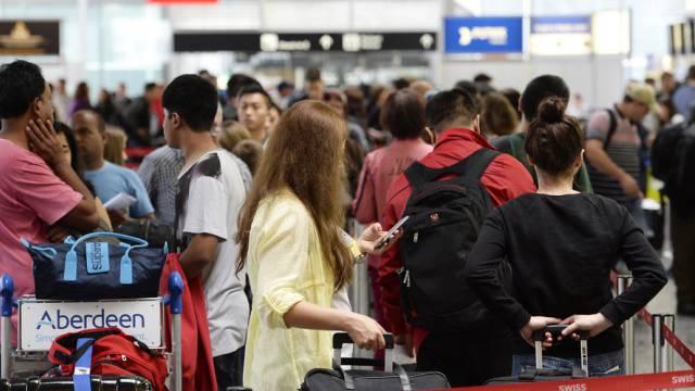 Reisende stehen am Flufghafen Zürich Schlange (Archivbild)