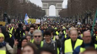 """In Paris versammelten sich am Samstag hunderte """"Gelbwesten"""" am Triumphbogen für einen Marsch durch die Stadt."""
