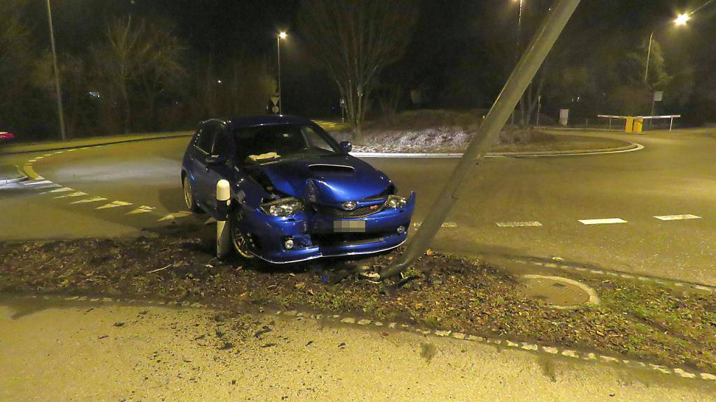 Im Kreisverkehr die Kurve verpasst: Ein stark alkoholisierter Autolenker kollidierte in Wohlen AG mit einer Strassenlampe.