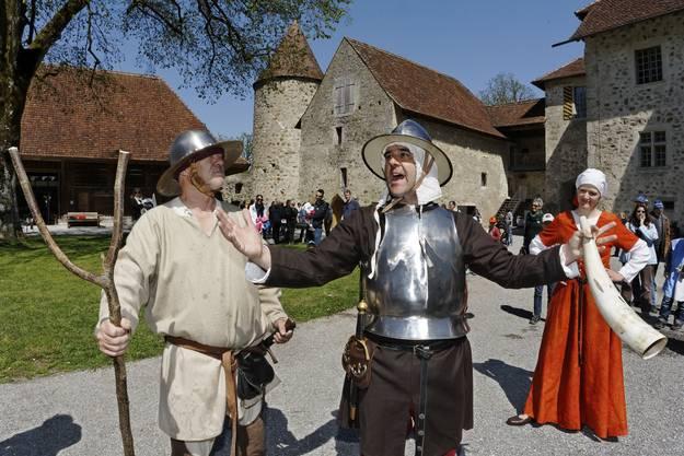 «So wehren wir uns gegen die Berner!» Mitglieder der Schauspielgruppe «Zähringervolk» demonstrieren im Schloss Hallwyl, das am 20. April 1415 belagert wurde, Verteidigungsbereitschaft.