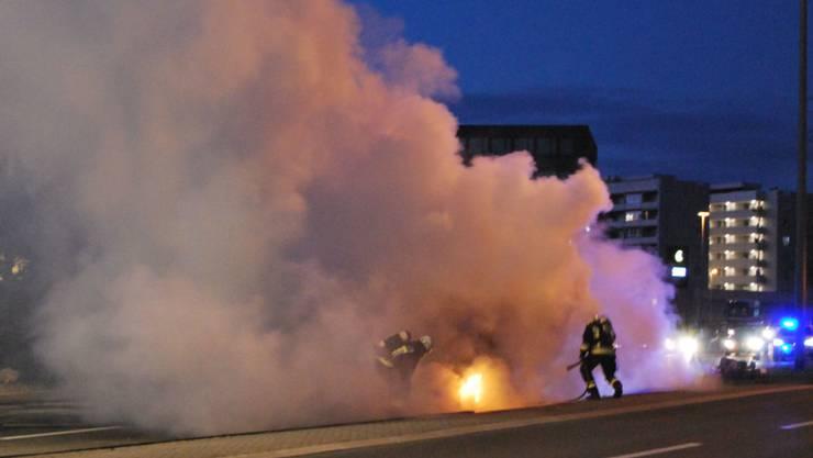 Viel Rauch, aber keine Verletzten: Auto brennt in Emmenbrücke komplett aus.
