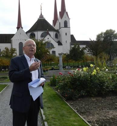Peter Paul Stöckli, Verfasser des neuen Kunstführers, im rekonstruierten Küchengarten des Klosters Muri.