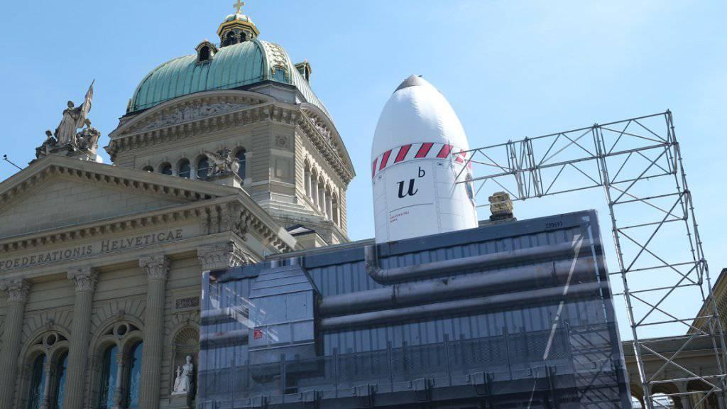 Auf dem Berner Bundesplatz feiert die Universität mit der Bevölkerung im «Weltraumdorf» 50 Jahre Mondlandung. Im Innern des Raketenkubus wartet eine Multimediashow auf die Besucher.