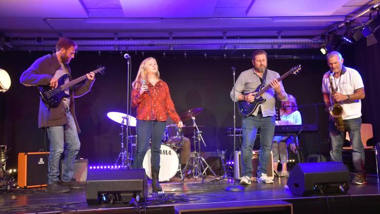 Zur Jamsession kommen viele Musiker aus dem Limmattal.