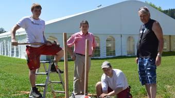 Sven Frieden (v. l.), Ulrich Salm, Marco Frei und Arthur Klaus beschäftigen sich mit der Stromversorgung des grossen Festzelts.