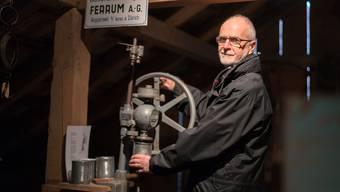 Bernhard Stüdli mit seinem Lieblingsstück, einer Dosenverschliessmaschine. Mario Heller