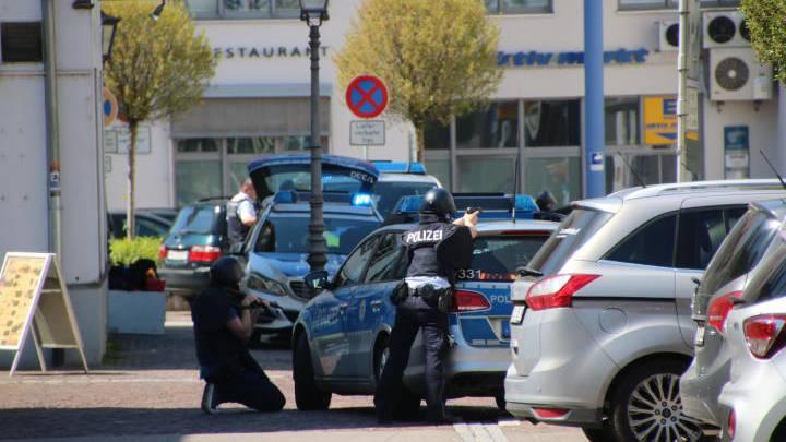 Polizisten sichern den Tatort eines Banküberfalls in Waldshut. Ein Bankräuber liess sich einen fünfstelligen Betrag aushändigen, wurde von der Polizei angeschossen. Eine Mitarbeiterin und ein Mitarbeiter der Bank konnten in einen Nebenraum flüchten.