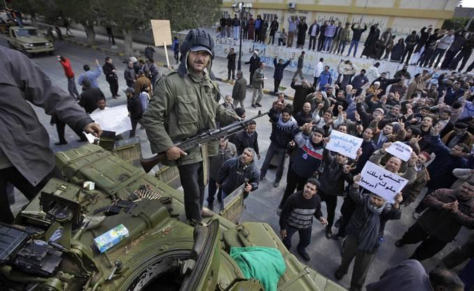 Die Tripolis nächstgelegene Stadt ist seit Tagen in den Händen der Opposition. Sie fürchtet einen Gegenangriff von Truppen, die die Stadt umstellt haben.