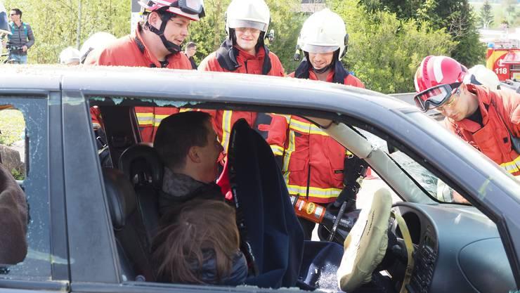 Während der Übung warten die Autoinsassen auf Rettung