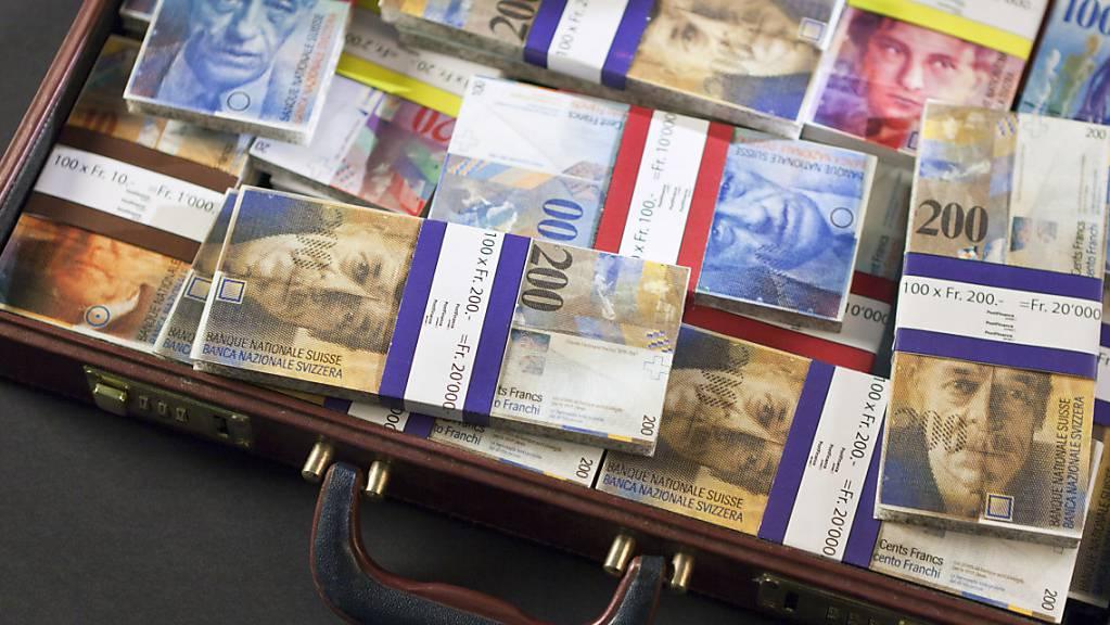 Der Bundesrat will den Kampf gegen Geldwäscherei verstärken. Der Nationalrat diskutiert am Montagnachmittag über das umstrittene Gesetz. (Themenbild)