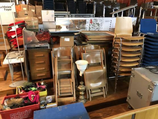 Stühle, Möbel, Technik... alles muss raus