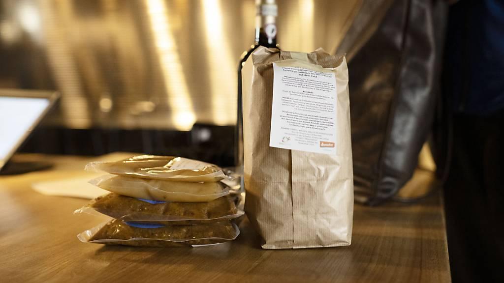 Nicht mehr nur Take-Away: Die Schwyzer Regierung fordert, das Restaurants im Innen- und Aussenbereich öffenen dürfen. (Symbolbild)